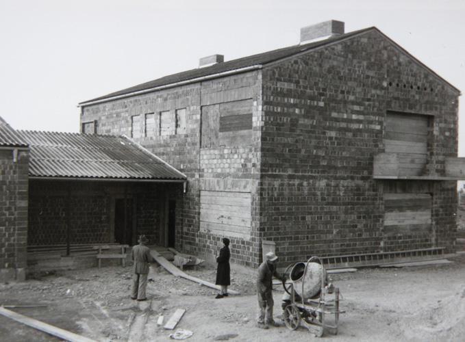 Der Pfarrhaus vor seiner Fertigstellung (1957)